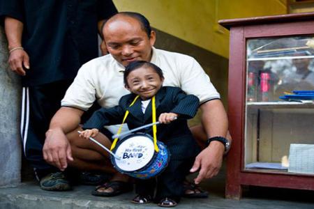 বিশ্বের সবচেয়ে ক্ষুদ্রতম মানুষ নেপালের খগেন্দ্র থাপা