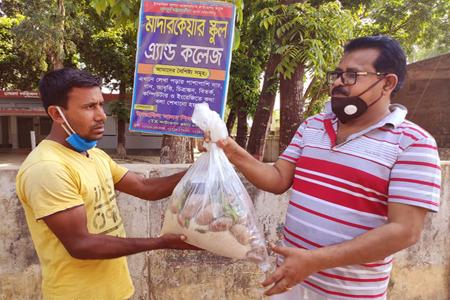 খাদ্য পৌছে দিচ্ছেন এমপি