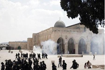 আল-আকসা মসজিদের মুসলিমদের উপর ইসরাইলী পুলিশের হামলা