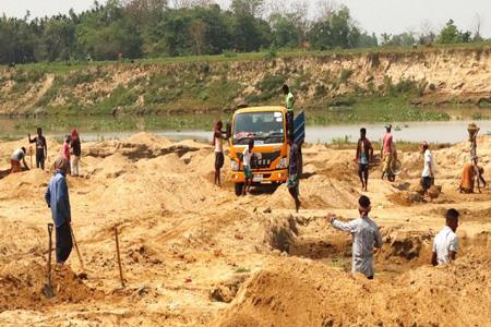 নবীগঞ্জের কুশিয়ারা নদীর চর কেটে বালু বিক্রি কোটি টাকার রাজস্ব হারাচ্ছে সরকার