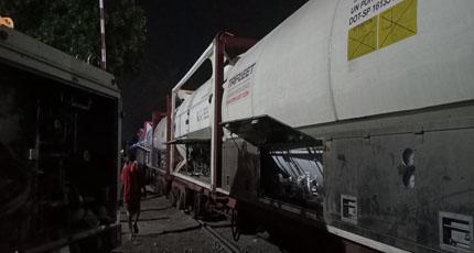 রেলে আমদানিকৃত ২০০ মেট্রিক টন অক্সিজেন বেনাপোল বন্দরে খালাস
