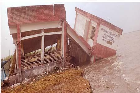 পদ্মায় মুহূর্তেই বিলীন বিদ্যালয়